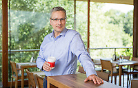 Österreich, Portrait Mann / Geschäftsmann, an Theke eines Restaurants, Kaffeepause, Casual Look, Pause, Entspannung
