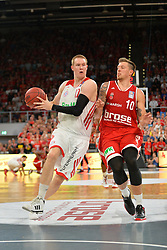 14.06.2015, Brose Arena, Bamberg, GER, Beko Basketball BL, Brose Baskets Bamberg vs FC Bayern Muenchen, Playoffs, Finale, 3. Spiel, im Bild Robin Benzing (FC Bayern Muenchen / links) versucht sich gegen Daniel Theis (Brose Baskets Bamberg / rechts) durchzusetzen. // during the Beko Basketball Bundes league Playoffs, final round, 3rd match between Brose Baskets Bamberg and FC Bayern Muenchen at the Brose Arena in Bamberg, Germany on 2015/06/14. EXPA Pictures &copy; 2015, PhotoCredit: EXPA/ Eibner-Pressefoto/ Merz<br /> <br /> *****ATTENTION - OUT of GER*****