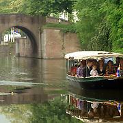 NLD/Bussum/20060824 - 1e landelijke Naturalisatiedag, Burgemeester Peter Rehwinkel maakt een boottochtje met de nieuwe inwoners