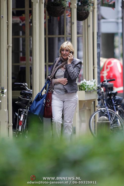 NLD/Laren/20120612 - Marga van Praag wandelend door Laren NH in sportkleding,