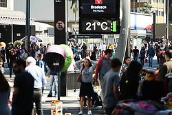 July 23, 2017 - Após semana de com temperaturas baixas em São Paulo, o domingo (23) amanhece com sol e temperatura agradável podendo chegar a 25º C. Pessoas passeiam e praticam esportes na região da Avenida Paulista. (Credit Image: © Aloisio Mauricio/Fotoarena via ZUMA Press)