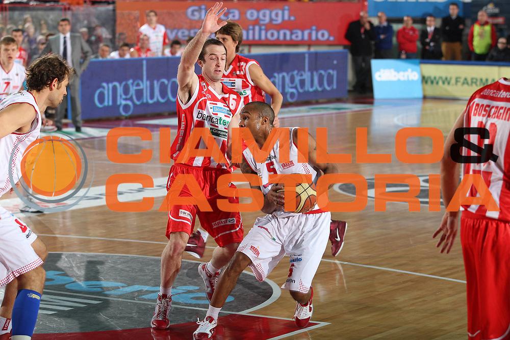 DESCRIZIONE : Varese Lega A 2010-11 Cimberio Varese Banca Tercas Teramo<br /> GIOCATORE : Phil Goss<br /> SQUADRA : Cimberio Varese<br /> EVENTO : Campionato Lega A 2010-2011<br /> GARA : Cimberio Varese Banca Tercas Teramo<br /> DATA : 19/12/2010<br /> CATEGORIA : Palleggio<br /> SPORT : Pallacanestro<br /> AUTORE : Agenzia Ciamillo-Castoria/G.Cottini<br /> Galleria : Lega Basket A 2010-2011<br /> Fotonotizia : Varese Lega A 2010-11 Cimberio Varese Banca Tercas Teramo<br /> Predefinita :