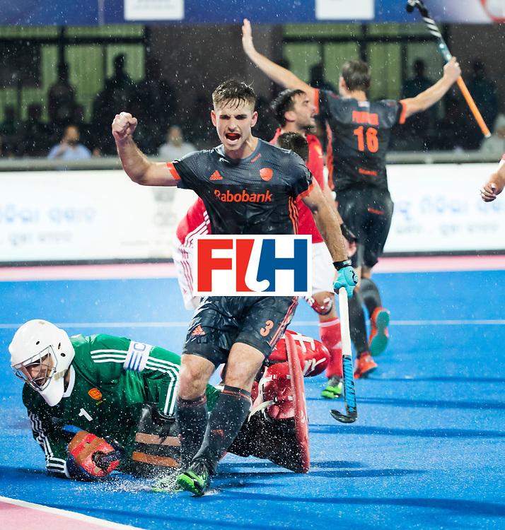 BHUBANESWAR -  Tristan Algera (Ned) juicht nadat Mirco Pruyser (Ned) heeft gescoord  tijdens de Hockey World League Finals , de wedstrijd om de 7e plaats, Engeland-Nederland.   COPYRIGHT KOEN SUYK