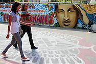 SAÚDE DE CHÁVEZ -  CARACAS - 04/01/2013 .INTERNACIONAL -  Moradoras de Caracas passam por mural de Chávez localizado da Zona Oeste.  Hugo Chávez, que foi operado em Cuba em dezembro último em decorrência de um câncer e tem enfrentado um pós-operatório difícil.  FOTO: DANIEL GUIMARÃES/FRAME