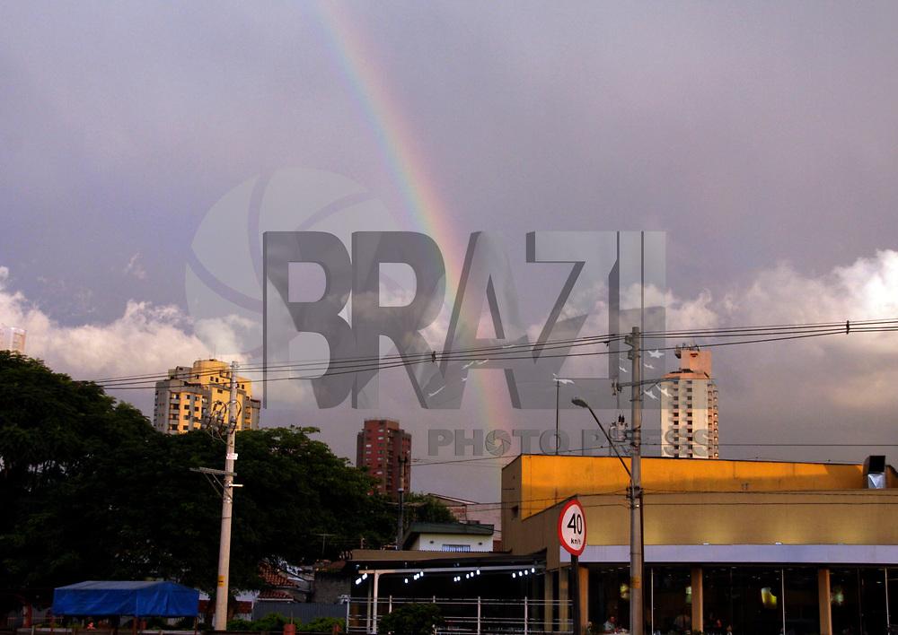 S&Atilde;O PAULO,SP,11 ABRIL 2011 - ARCO IRIS<br /> Arco Iris &eacute; visto no fim da tarde de hoje na regi&atilde;o da Vila Prudente zona leste.FOTO ALE VIANNA/NEWS FREE