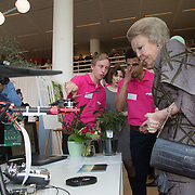 NLD/Delft/20160316 - Prinses Mabel en Prinses Beatrix aanwezig bij uitreiking Prins Friso Ingenieursprijs 2016 , Prinses Beatrix en Prinses Mabel bezichtigen de projecten