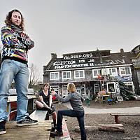 Nederland, Amsterdam , 13 maart 2014.<br /> Rogier Baas (l) en enkele andere partijgenoten van Lijst 620.nl met op de achtergrond het gekraakte pand aan de Polderweg 620.<br /> Foto:Jean-Pierre Jans