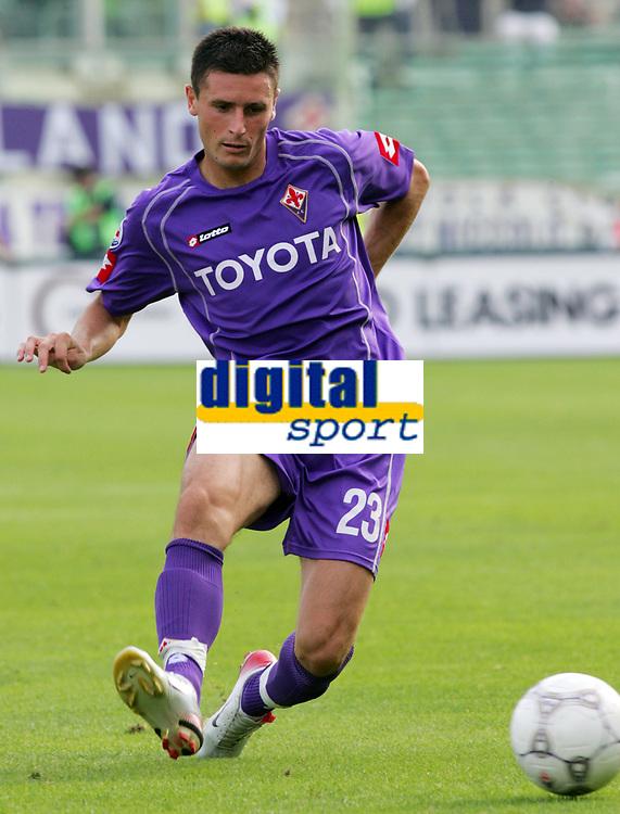 Firenze 01/10/2006<br /> Campionato Italiano Serie A 2006/07<br /> Fiorentina-Catania 3-0<br /> Pasqual Manuel Fiorentina<br /> Foto Luca Pagliaricci Inside<br /> www.insidefoto.com