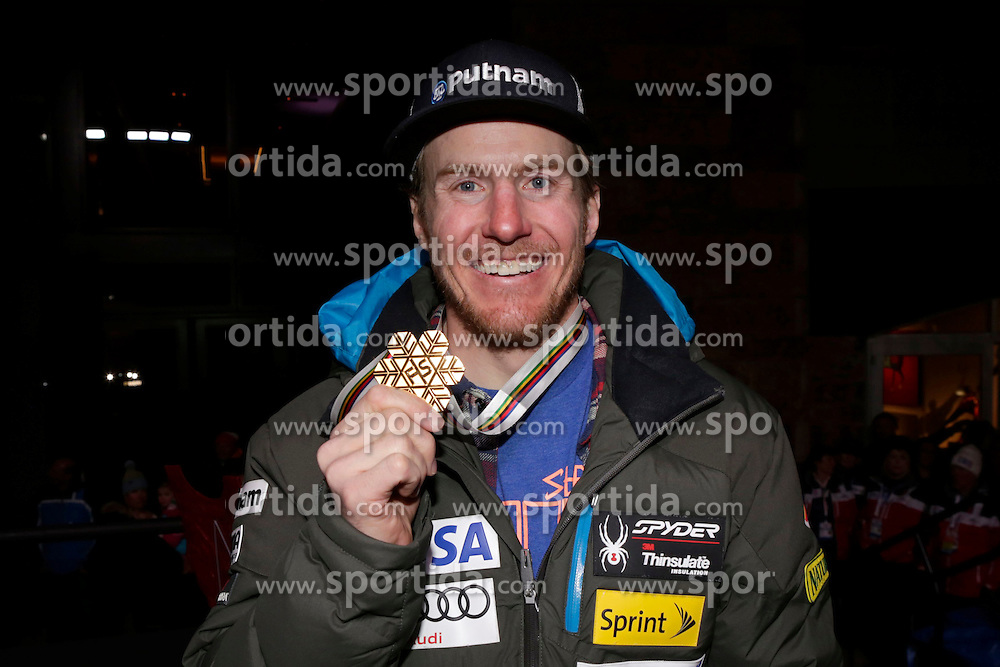 13.02.2015, Solaris Placa, Vail, USA, FIS Weltmeisterschaften Ski Alpin, Vail Beaver Creek 2015, Herren, Riesentorlauf, Medaillen, im Bild Ted Ligety (USA, 1. Platz) // 1st placed Ted Ligety of the USA poses with his Medal after the Mens Giant Slalom of FIS Ski World Championships 2015 at the Solaris Placa in Vail, United States on 2015/02/13. EXPA Pictures © 2015, PhotoCredit: EXPA/ Vail 2015/ Francis Bompard