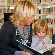 NLD/Amsterdam/20111114 - Presentatie Sinterklaasboeken Douwe Egberts & C1000, Yvon Jaspers leest voor