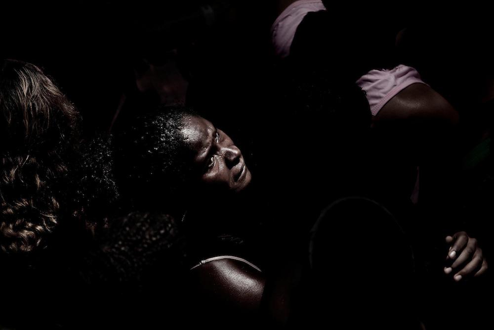 Carnaval.<br /> Esse ensaio e composto de imagens de um carnaval, do momento em que a vida e jogada pelas multidoes numa importante festa popular de nosso pais.<br /> As fotos foram tiradas do alto de um trio eletrico em Salvador, na Bahia.<br /> A vista de uma multidao que se movimentava como um so corpo, como uma massa. Uma festa que se estabelece pelo descontrole, onde os individuos sao mistura de algo imenso, imediato e imprevisivel. E nesse movimento percebemos que o Carnaval e, de certa forma, a iminencia da morte. Uma distracao no controle que tentamos impor a vida.<br /> O carnaval da Bahia reune, todos os anos, mais de 2 milhoes de folioes.<br /> Nessas fotos, vemos os rostos de uma multidao que nao tem acessos privilegiados a festa. Para esses brasileiros, o carnaval e a rua.