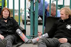 Während in Berlin ein Spitzengespräch zum Endlagersuchgesetz stattfand, blockierten 20 AktivistInnen von contrAtom und der KURVE Wustrow – Bildungs- und Begegnungsstätte für gewaltfreie Aktion - alle sechs Zufahrtstore zum Erkundungsberkwerk in Gorleben. Im Bild: Kerstin Rudek von der Bürgerinitiative Lüchow-Dannenberg und Jan Becker von contrAtom<br />  <br /> <br /> Ort: Gorleben<br /> Copyright: Kina Becker<br /> Quelle: PubliXvewinG