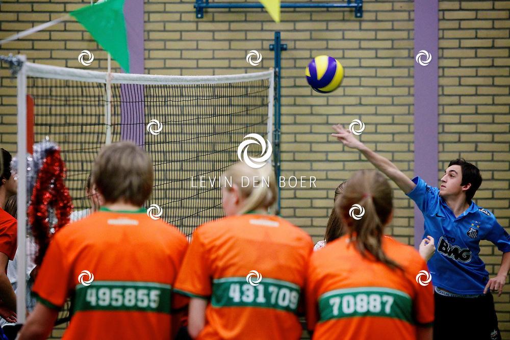 ZALTBOMMEL - Het is de Nacht van het Huys. Dat houdt in dat de bovenbouw leerlingen de hele nacht volleyballen. Tegelijkertijd halen ze geld op voor de Stichting Spieren voor Spieren. FOTO LEVIN DEN BOER - PERSFOTO.NU