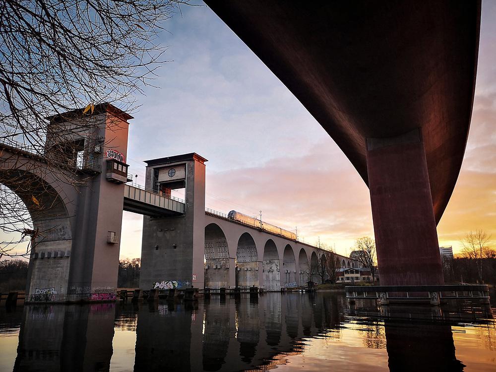 Nya och gamla Årstabroarna över Årstaviken på södra stambanan i Stockholm