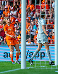 01-06-2019 NED: Netherlands - Australia, Eindhoven<br /> <br /> Friendly match in Philips stadion Eindhoven. Netherlands win 3-0 / Jill Roord #19 of The Netherlands, goalkeeper Lydia Williams #1 of Australia