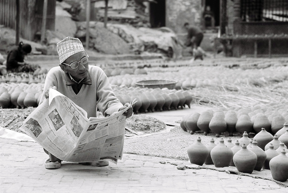 """Le Kanthipur (journal local) est lu par un grand nombre de népalais. """" Pottery Square"""" Bhaktapur, Népal. 2008"""