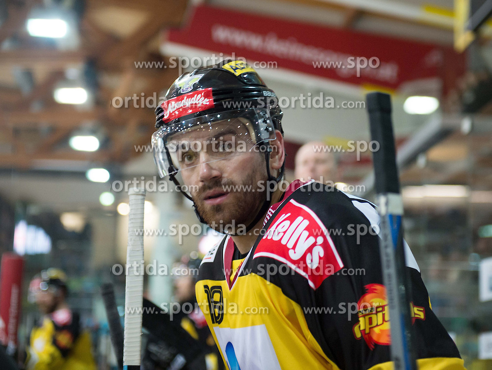 26.03.2015, Keine Sorgen Eisarena, Linz, AUT, EBEL, EHC Black Wings Linz vs UPC Vienna Capitals, 64. Runde, Halbfinale, 3. Spiel, im Bild Kenny Magowan (UPC Vienna Capitals) // during the Erste Bank Icehockey League 64th round 3rd semifinal match between EHC Black Wings Linz and UPC Vienna Capitals at the Keine Sorgen Eisarena in Linz, Austria on 2015/03/26. EXPA Pictures © 2015, PhotoCredit: EXPA/ Reinhard Eisenbauer