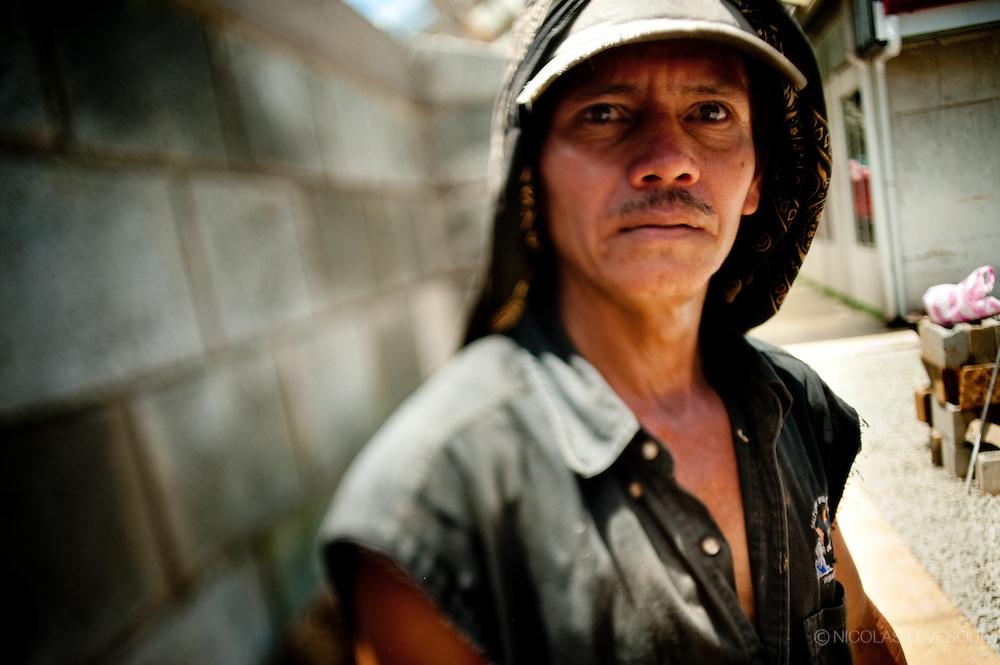 Cet autochtone Bri Bri a quitté sa communauté pour trouver du travail en ville. Monocultures d'ananas de la multinationale Del Monte. Buenos Aires, Costa Rica 2010.