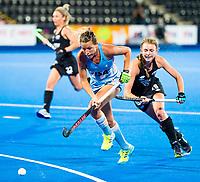 Londen -  Delfina Merino (Arg) met Shiloh Gloyn (NZL)  tijdens de cross over wedstrijd Argentinie-Nieuw Zeeland (2-0)  bij het WK Hockey 2018 in Londen .  COPYRIGHT KOEN SUYK