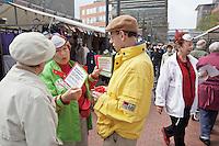Nederland. Amstelveen, 28 mei 2010.<br /> GroenLinks ToekomstTour, Femke Halsema op de markt. Campagne, landelijke verkiezingen, politiek, kiezer, kiezers, verkiezingen, politiek.<br /> Foto Martijn Beekman