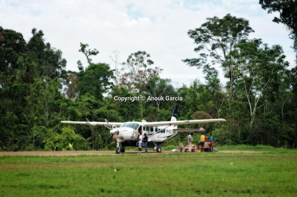 L'avion est l'unique lien pour les villages perdus dans l'intérieur de l'Acre. | Viajem na avionete e o unico meio de transporte par ligar as cidades perdidas do acre.