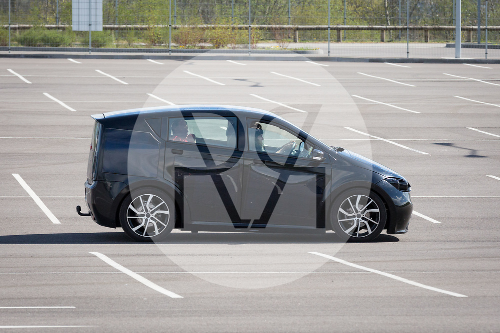 SCHWEIZ - BASEL - Das Elektroauto Sion von Sono Motors, hat Solarzellen in der Karosserie und tankt Sonnenenergie, hier bei der Probefahrt mit einem Prototyp - 13. April 2018 © Raphael Hünerfauth - http://huenerfauth.ch
