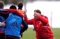 Fussball 1. Bundesliga :  Saison   2009/2010    Training beim FC Bayern Muenchen 22.02.2010 Trainer Louis van Gaal will die Mannschaft fotografieren  FCB)