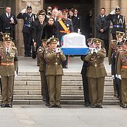 LUX/Luxemburg/20190504 - Funeral of HRH Grand Duke Jean/Uitvaart Groothertog Jean, Grand Duke Henri and Grand Duchess Maria Teresa lopen aqchter de kist aan als deze de Cathedraal verlaat