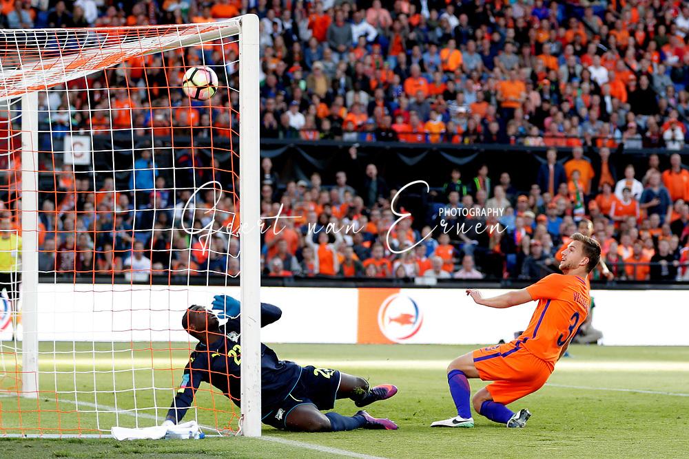 04-06-2017 VOETBAL:NEDERLAND-IVOORKUST:ROTTERDAM<br /> Oranje oefende tegen Ivoorkust vanavond in De Kuip<br /> <br /> Joel Veltman van Oranje (Ajax) schiet de bal over Badra Sangare doelman van Ivoorkust heen<br /> <br /> Foto: Geert van Erven