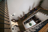 """Il Palazzo che oggi ospita la Sede della Banca d'Italia sita a Lecce vicino Piazza Sant'Oronzo è nata a seguito di una demolizione. La zona su cui sorge era denominata un tempo """"Isola del governatore"""" e qui sorse il palazzo realizzato nei primi anni del Novecento, con un prospetto esterno che richiama il tipico stile fiorentino. L'interno del palazzo è composto da ambienti che non richiamano scorci toscani ma elementi architettonici dei primi del Novecento. La scala monumentale è realizzata in pietra di Trani e  il salone del pubblico è stato edificato a metà del Novecento, con archi e pilastri sorprendenti. Quando l'edificio fu costruito, durante gli scavi, emersero pozzi, cisterne per il deposito di acque piovane, cantine e altri reperti che testimoniano il periodo messapico e romano della storia urbanistica della città."""