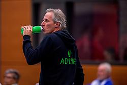09-12-2017 NED: Advisie/SSS - Vallei Volleybal Prins, Barneveld<br /> Advisie/SSS liet geen spaan heel van buurman Vallei Volleybal Prins en won binnen een uur met 3-0 / Trainer/coach Willem Held of SSS