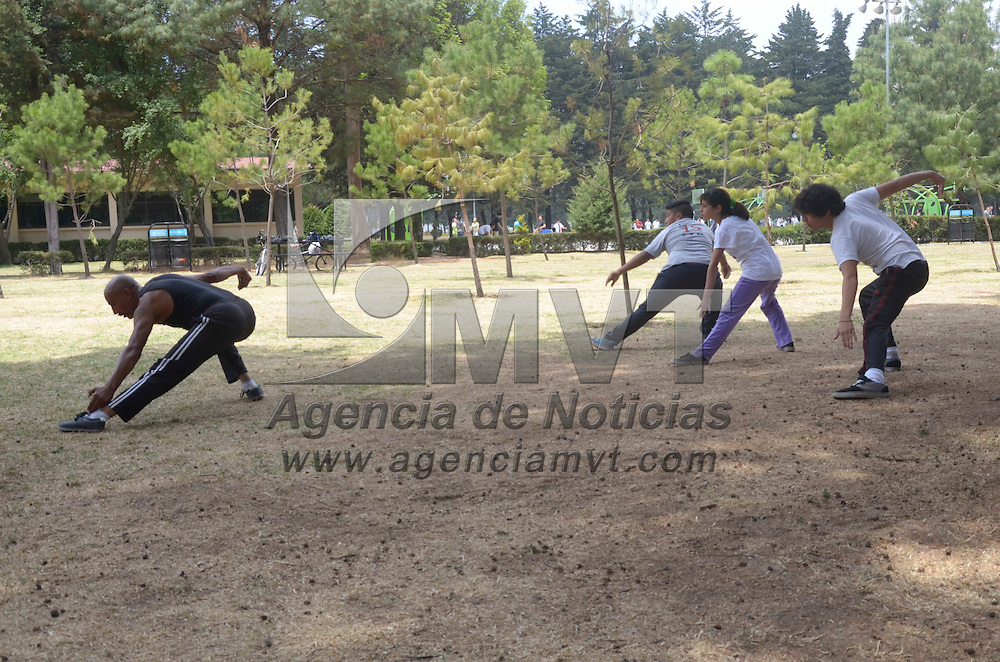 """Toluca, México.- Jóvenes practican el deporte de las artes marciales al aire libre, donde un profesor lo enseña a realizan algunas tecnicas y movientos llamados """"katas"""". Agencia MVT / Arturo Hernández S."""