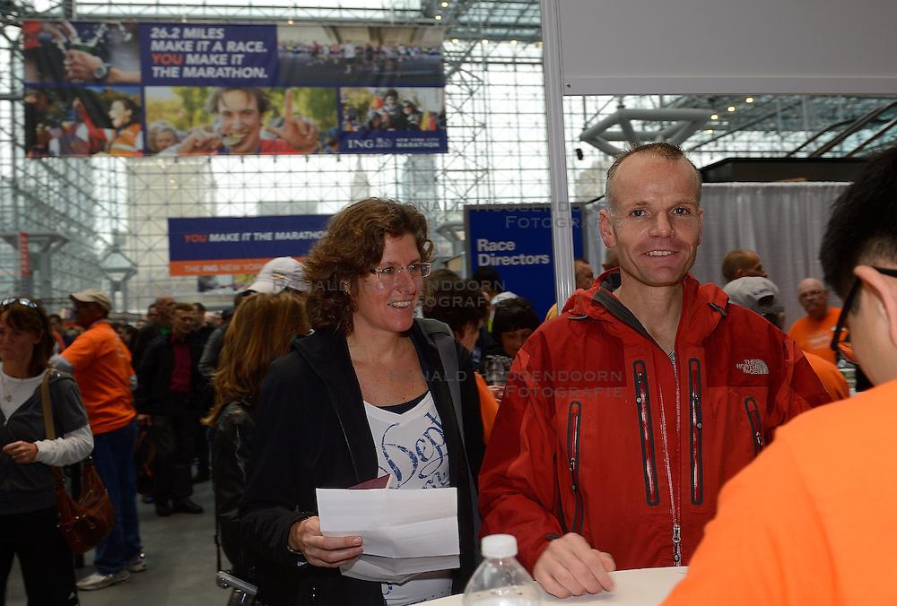 01-01-2013 ALGEMEEN: BVDGF NY MARATHON: NEW YORK <br /> Lange rijen in het Health and Fitness EXPO center voor het ophalen van de startnummers / Laurence en Cordien<br /> ©2013-WWW.FOTOHOOGENDOORN.NL