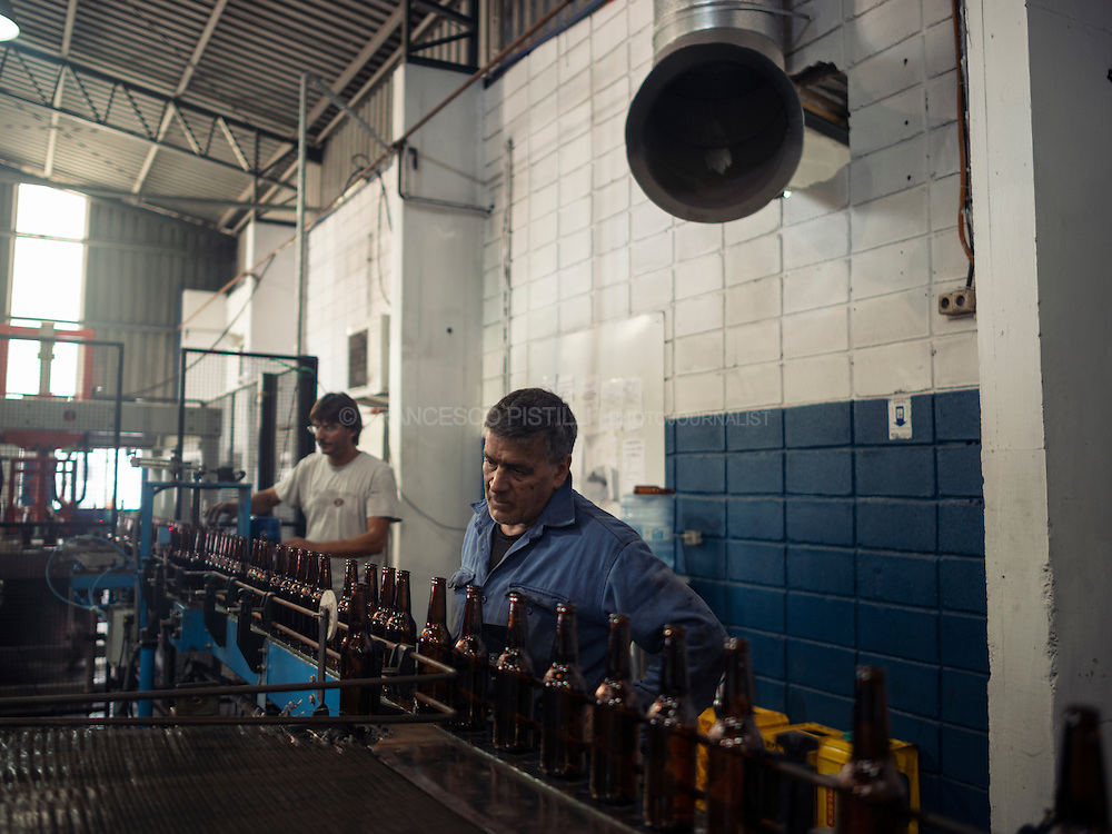 After a long struggle, the help of Ugo Chavez and Pepe Mujica, workers from &quot;Cristaler&iacute;as del Uruguay&quot; have set up their own business, have took over control of the factory in which they had worked before bankruptcy, and have constituted the only factory of glass bottles in the country: Envidrio. <br />