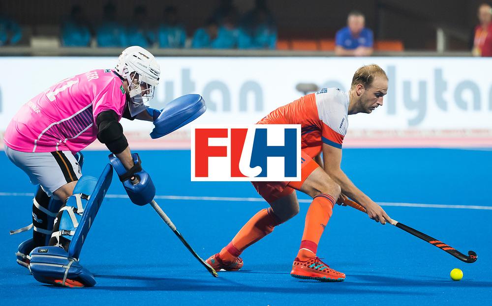 BHUBANESWAR - Billy Bakker (Ned) met keeper Tobias Walter (Ger) bij de shoot-outs,  tijdens de Hockey World League Finals , de kwartfinale wedstrijd Duitsland-Nederland (3-3).Duitsland wint na shoot-outs.    COPYRIGHT KOEN SUYK