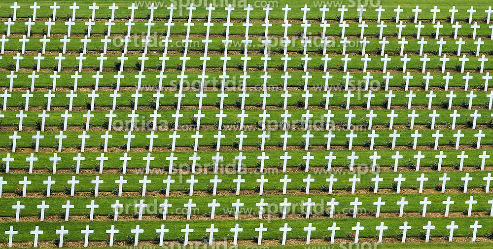 08.06.2016, Verdun, FRA, auf dem Schlachtfeld des Ersten Weltkriegs, Verdun, im Bild Graeber von gefallenen Soldaten auf den Friedhof bei Beinhaus Douaumont // Graves of fallen soldiers in the cemetery at the Douaumont Ossuary in Verdun, France on 2016/06/08. EXPA Pictures © 2016, PhotoCredit: EXPA/ JFK