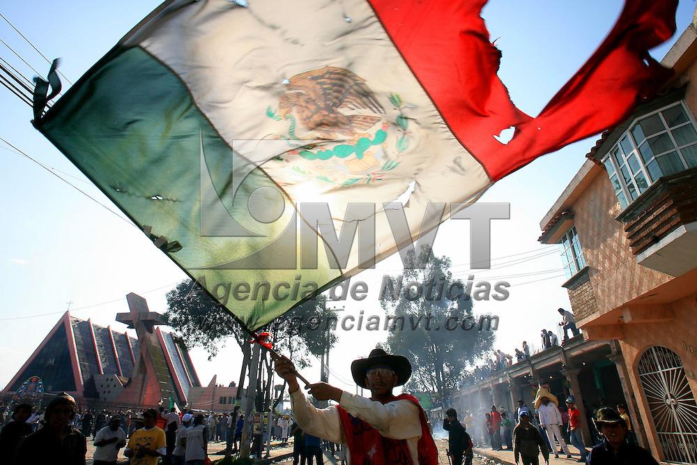 """San Mateo Atenco, Mex.- Cientos de habitantes del barrio de San Maria en el municipio de San Mateo Atenco, participan en el """"simulacro"""" donde representan la batalla de Independencia al enfrentarse el pueblo de México contra los """"gachupines"""" del ejercito español en 1810. Agencia MVT / Mario Vazquez de la Torre. (DIGITAL)<br /> <br /> <br /> <br /> <br /> <br /> <br /> <br /> NO ARCHIVAR - NO ARCHIVE"""