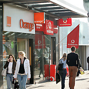 Nederland Rotterdam 7 juni 2007 ..Het Duitse telecombedrijf Deutsche Telekom ag neemt Orange Nederland over van France Telecom. Op zijn beurt verkoopt Deutsche Telekom zijn Spaanse activiteiten Ya.com aan France Telecom. Dit maakt het Duitse telecombedrijf woensdagavond bekend..Orange Nederland heeft zijn ondernemingsraad om advies gevraagd over de verkoop, aldus een zegsvrouw van France Telecom woensdag. De overeenkomst moet nog goedgekeurd worden door de ondernemingsraad van Orange Nederland en Europese toezichthouders..Zegsvrouw van Orange Nederland liet weten dat de voorzitter van de ondernemingsraad niet beschikbaar was voor commentaar. De ondernemingsraad zal zich niet verzetten tegen de overname, zegt een persoon bekend met de situatie..Voor overname van Orange Nederland legt Deutsche Telekom EUR1,3 miljard op tafel, aldus een persoon bekend met de situatie..range is de kleinste mobiele aanbieder van Nederland, met een geschat marktaandeel van 8%, zeggen analisten. Koninklijke KPN nv is marktleider met een marktaandeel van bijna 50%, gevolgd door Vodafone Group plc en T-Mobile..Eerder dit jaar zei Orange ongeveer 1,9 miljoen mobiele klanten te hebben in Nederland, en 612.000 internetgebruikers...Foto David Rozing/