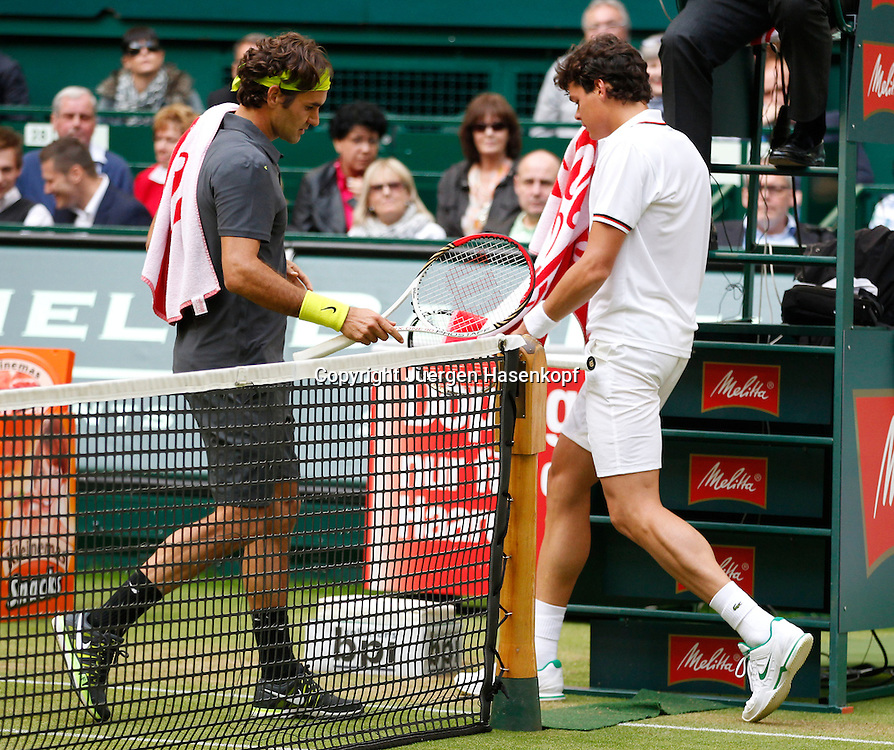 Gerry Weber Open 2012, ATP World Tour, Rasentennis Turnier, International Series,Gerry Weber Stadion, Grasplatz, Halle/Westfalen,.beim Seitenwechsel kreuzen sich die Wege von Roger Federer (SUI) und Milos Raonic (CAN),Ganzkoerper,Querformat,...