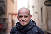 Ota Halama von der evangelisch-theologischen Fakultät der Karls Universität vor der Teynkirche in Prag.