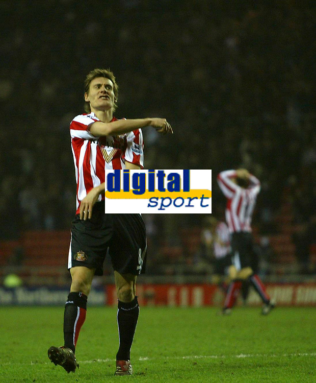 Photo: Andrew Unwin.<br /> <br /> Sunderland v Everton. The Barclays Premiership. 31/12/2005.<br /> <br /> Sunderland's Dean Whitehead rues another missed opportunity to score.