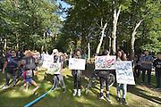 Nederland, the Netherlands, Nijmegen, 2-10-2015 Eerste vluchtelingen arriveren op kamp, tentenkamp Heumensoord, de tijdelijke noodopvang, azc, van het COA. Vandaag komen er 300, later dity weekend wordt het tot 800 aangevuld. In totaal komt er plaats voor 3000 asielzoekers. Zij werden vooral welkom geheten door jongeren.FOTO: FLIP FRANSSEN