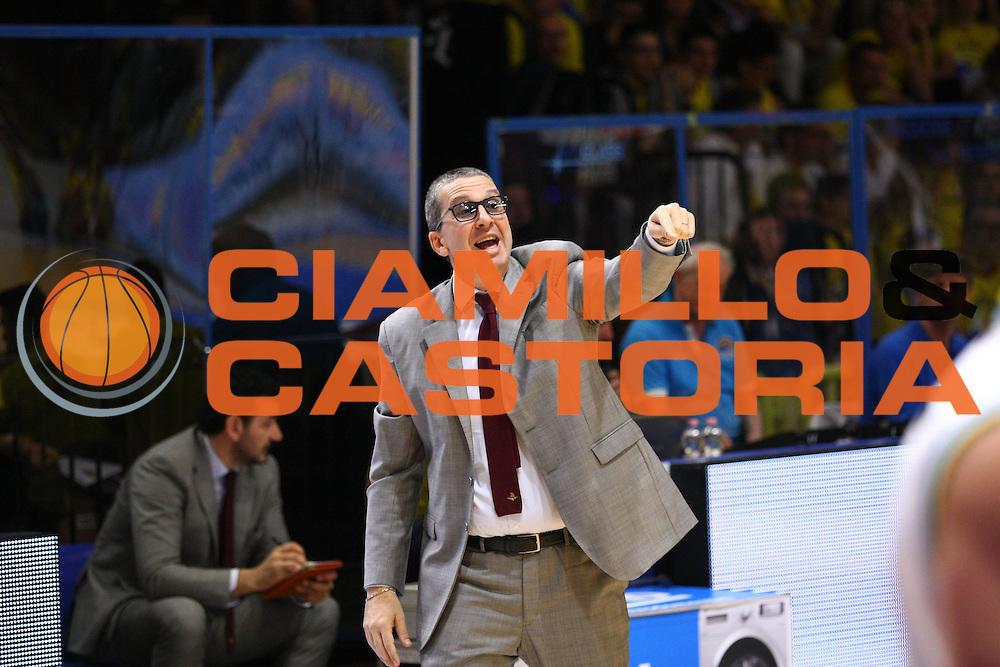 DESCRIZIONE : Cremona Lega A 2015-2016 Vanoli Cremona Umana Reyer Venezia Quarti Finale PlayOff Gara1<br /> GIOCATORE : Walter De Raffaele Coach<br /> SQUADRA : Umana Reyer Venezia<br /> EVENTO : Campionato Lega A 2015-2016<br /> GARA : Vanoli Cremona Umana Reyer Venezia Quarti Finale PlayOff Gara1<br /> DATA : 08/05/2016<br /> CATEGORIA : Walter De Raffaele Coach<br /> SPORT : Pallacanestro<br /> AUTORE : Agenzia Ciamillo-Castoria/F.Zovadelli<br /> GALLERIA : Lega Basket A 2015-2016<br /> FOTONOTIZIA : Cremona Campionato Italiano Lega A 2015-16 Quarti Finale PlayOff Gara1 Vanoli Cremona Umana Reyer Venezia <br /> PREDEFINITA : <br /> F Zovadelli/Ciamillo
