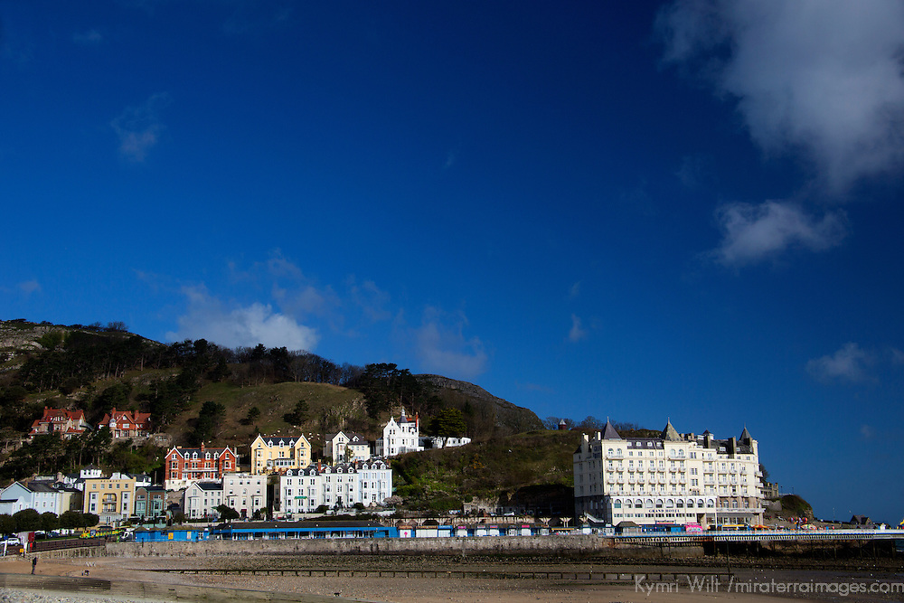 Europe, United Kingdom, Wales, Llandudno. Llandudno Beach and promenade.