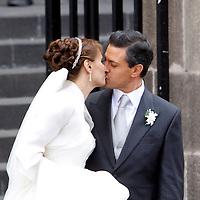 Toluca, Méx.- Enrique Peña Nieto, gobernador del Estado de Mexico y la señora Angelica Rivera, luego de contraer nupcias en la catedral de esta ciudad. Agencia MVT / Crisanta Espinosa. (DIGITAL)