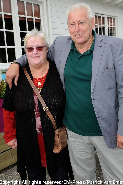 Boekpresentatie Andre Hazes en ik, de biografie over Andre Hazes door oud-manager en -bodyguard Jos van Zoelen in Andr&eacute;s vroegere stamkroeg De Plashoeve - Vinkeveen.<br /> <br /> Op de foto:   Piet Schrijvers en partner