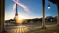 Paris, die Stadt der Liebe, hat viele romantische Sachen zu bieten. Einer meiner Favoriten, und vielleicht das Romantischste, ist das Beobachten des Sonnenuntergangs in Paris. Nichts schlägt den Blick, wenn die letzten Sonnenstrahlen den Eiffelturm erleuchten lassen. In Paris gibt es viele Orte, an denen man einen atemberaubenden Sonnenuntergang bewundern kann.
