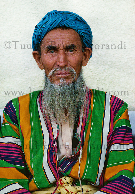 Ouzbekistan, Boukhara, homme Ouzbek en chapane, habit traditionnel // Uzbekistan, Bukhara, Unesco world heritage, Uzbek men in chapan, traditional clothes