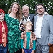 NLD/Hilversum/20160524 -  Eerste exemplaar van De Poepdokter word uitgereikt aan Edwin Rutten, Nienke Tode-Gottenbos met haar gezin en Edwin Rutten