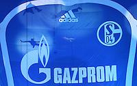 Fussball Internationales Freundschaftsspiel    Testspiel           FC Schalke 04 - Zenit Sankt Petersburg Praesentation des neuen Trikot von Schalke 04 mit Gazprom Logo. Auf dem ueberdimensionalen Trikot sieht man die Schatten der Akrobaten, Teil der Show.
